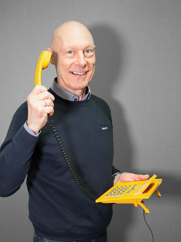 Robert Liebschner mit gelben Telefon